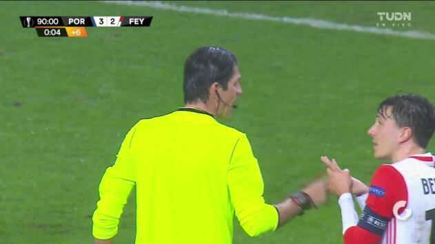 Tarjeta amarilla. El árbitro amonesta a Eric Botteghin de Feyenoord