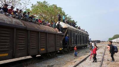Indocumentados acuden a 'La Bestia' para cruzar México con rumbo a EEUU ante los operativos de agentes migratorios