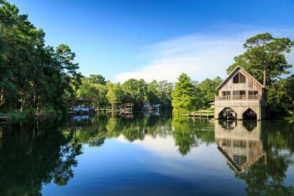 <b>5. Magnolia Springs, Alabama.-</b> La ciudad está rodeada de majestuosos árboles de magnolia y está rodeada de manantiales naturales. Tiene una pequeña población de 804 habitantes y es la única ciudad de EEUU que tiene servicio de correo completo durante todo el año en barco. <br>