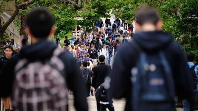 Preocupación por cifras de estudiantes desamparados en la ciudad y piden acciones disciplinarias contra oficial de NYPD que golpeó a dos jóvenes en el metro