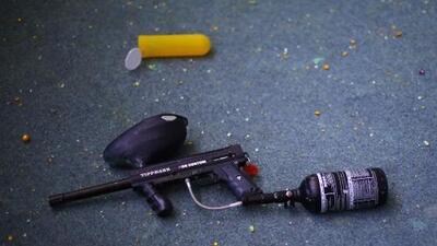 Adolescentes dispararon a una casa con pistolas de paintball, el dueño respondió con fuego real y mató a uno de ellos