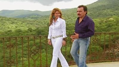 Myrka Dellanos caminó junto a Joan Sebastian por su rancho