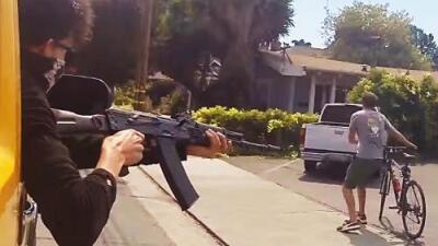 Un 'youtuber' causa polémica al hacerse pasar por un sicario que dispara a la gente por la calle
