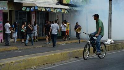 Suspenden vuelos privados en Venezuela tras presunto ataque de helicóptero a sedes oficialistas