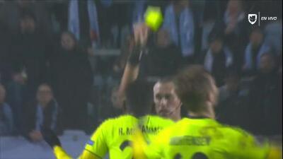 Tarjeta amarilla. El árbitro amonesta a Rashad Muhammed de Sarpsborg 08