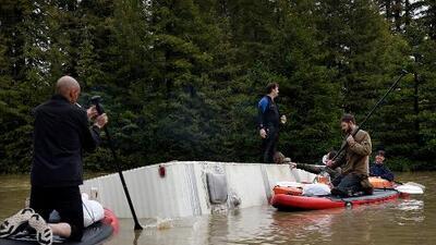 Un padre muere ahogado al tratar de salvar a tres niños en las inundaciones de California