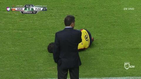 Tarjeta amarilla. El árbitro amonesta a Alan Mozo de Pumas UNAM