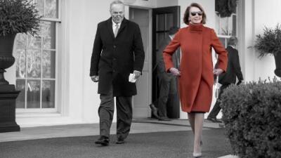 Los poderes del abrigo rojo de Nancy Pelosi: ¿cómo una prenda hizo que una nación se volviera a enamorar de una vieja figura política?