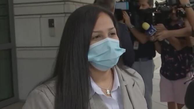 """""""Está muy positiva"""": abogada de Emma Coronel llega a corte para primera comparecencia"""