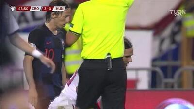 Tarjeta amarilla. El árbitro amonesta a Marcelo Brozovic de Croatia