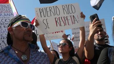 """Al grito de """"Ricky, renuncia"""" miles marchan en Puerto Rico en repudio al escándalo del chat del gobernador Rosselló"""