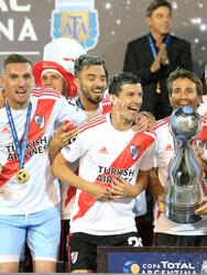MENDOZA, ARGENTINA - DECEMBER 13: Javier Pinola, Leonardo Ponzio and Ignacio Fernandez of River Plate lift the trophy to celebrate with teammates after the final of Copa Argentina 2019 between Central Cordoba and River Plate at Estadio Malvinas Argentinas on December 13, 2019 in Mendoza, Argentina. (Photo by Alexis Lloret/Getty Images)
