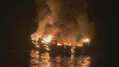 Suspenden las labores de búsqueda de posibles sobrevivientes del incendio de un barco en la isla Santa Cruz