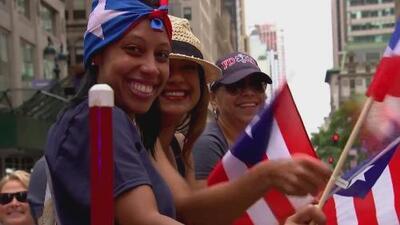 Miles de personas participan en el tradicional desfile puertorriqueño en Nueva York