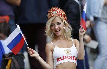 Las fanáticas rusas tomaron las tribunas de Luzhniki en el partido inaugural