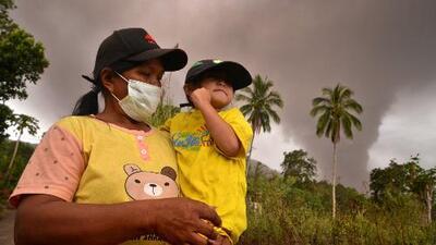 Primero un terremoto, después un tsunami y ahora un volcán entra en erupción en Indonesia