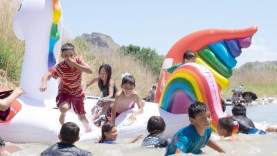 Una fiesta en las aguas que dividen a México y EEUU: el encuentro anual de familias en el Río Grande (fotos)