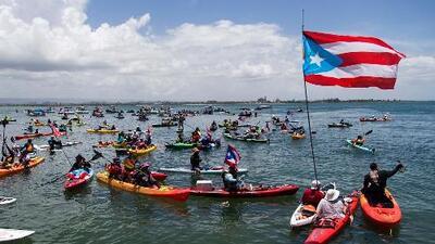 En kayaks, botes y a nado: puertorriqueños piden también en el mar la renuncia a un Rosselló cada vez más aislado