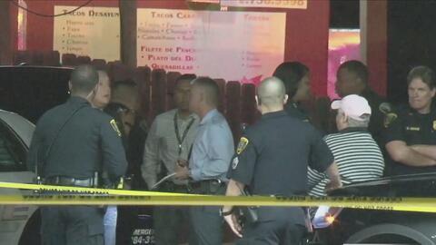 Oficial fuera de servicio disparó contra varios sospechosos de robo en una tienda