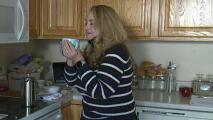 Cobran $5,700 dólares a una mujer por una taza de café