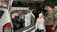 """""""Hemos pasado hambre"""": Madre hispana duerme en un vehículo junto a sus dos hijas tras ser desalojada de su vivienda"""