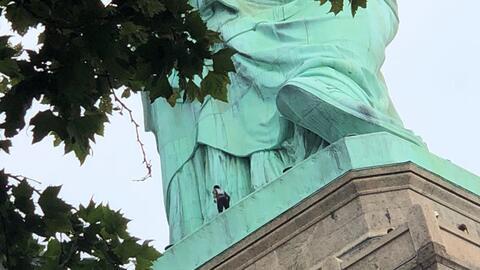 Policía arresta a la mujer que protestaba en la base de la Estatua de la Libertad en Nueva York