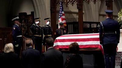 En un minuto: Entierran a Bush en Texas tras días de homenaje y una ceremonia privada
