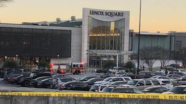 Arrestan a dos adolescentes por tiroteo en el Lenox Square Mall que dejó herido de bala a un guardia de seguridad
