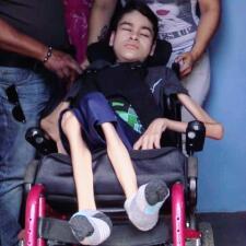 Familia de Moca pide ayuda para joven con limitaciones físicas
