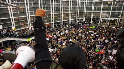 De Nueva York a Seattle, noche de protestas en los principales aeropuertos de EEUU contra el veto a los refugiados musulmanes