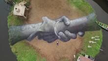 Manos entrelazadas, un mensaje de unión y amistad hecho en céspedes y playas del mundo