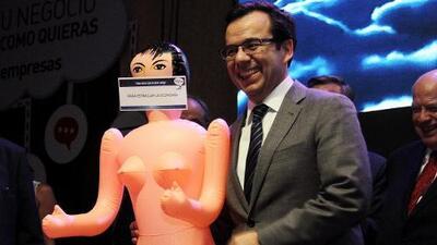 """La muñeca inflable para """"estimular la economía"""" que escandaliza a Chile"""