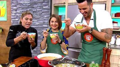 María Antonieta Collins preparó su receta de 'Sopa de Pollo' (con el toque de sazón de su abuela)