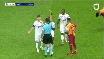 Tarjeta amarilla. El árbitro amonesta a Brian Idowu de Lokomotiv Moscow