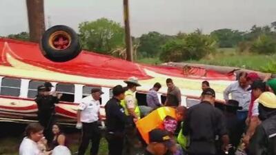 En medio de una lluvia torrencial, un autobús vuelca y causa decenas de heridos en Guatemala