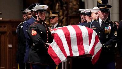Con 21 cañonazos y honores militares son recibidos los restos mortales de George H.W. Bush en Houston