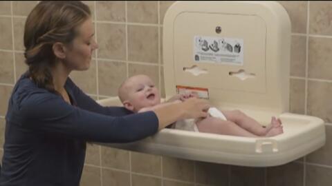Concejal de San Antonio busca instalar mesas de cambio para bebés en baños públicos