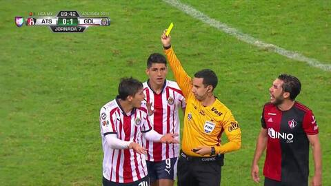 Tarjeta amarilla. El árbitro amonesta a Ángel Zaldívar de Guadalajara