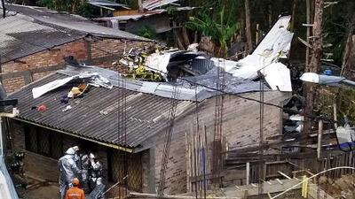"""""""Sonó el estruendo y cayó sobre una casa"""": accidente aéreo en Colombia deja al menos siete personas muertas"""