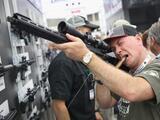 Wolf vetará legislación sobre portar y vender armas en medio de desastres