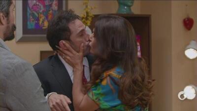 Vecinos | Silvia le roba un beso a Pedro
