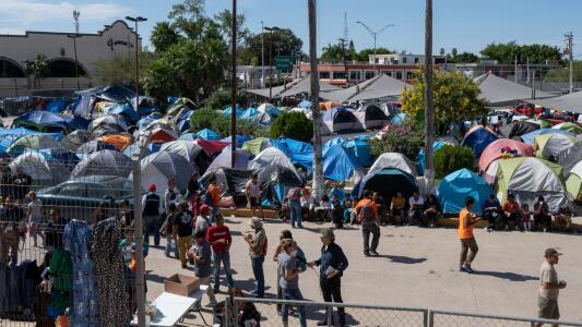 """""""México debe cooperar más con EEUU"""": congresista Lou Correa sobre cómo agilizar regreso de solicitantes de asilo al país"""