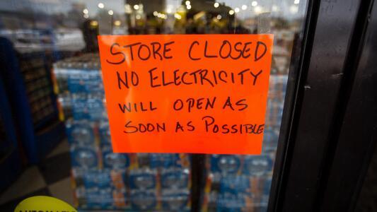 Millones siguen sin electricidad ni calefacción en Texas, en medio de otra tormenta invernal