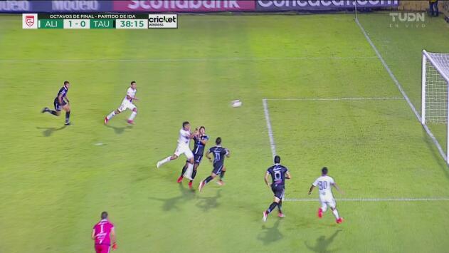 Alianza aprovecha un grave error del portero del Tauro y anota el 1-0