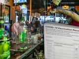 Acusan a dueño de bar en California de vender falsas tarjetas de vacunación contra el Covid-19