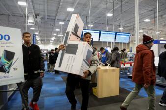 Comprar en la multitud o en línea: el dilema de los cazadores de ofertas de Black Friday (fotos)