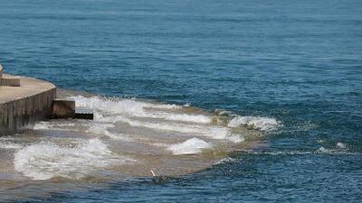 Altos niveles de agua y fuerte oleaje en el Lago Michigan provocan condiciones peligrosas