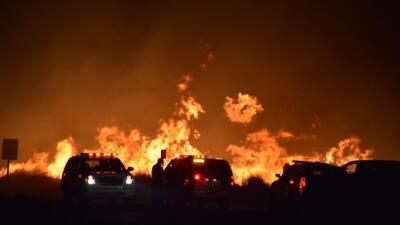 El fuego devora parte de una población en el sur de California
