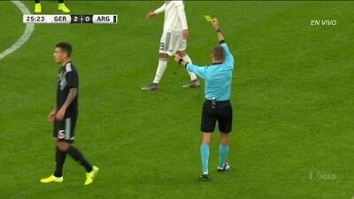 Tarjeta amarilla. El árbitro amonesta a Nicolás Otamendi de Argentina