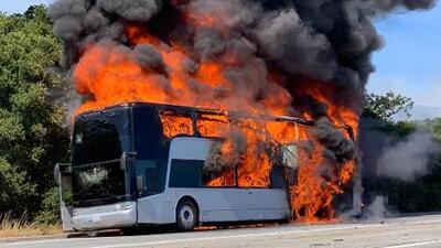 Autobús para trabajadores de Apple arde en llamas sobre la autopista 280 en el condado de San Mateo